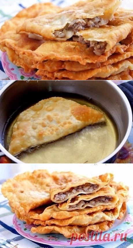 Чебуреки с мясом на кефире. Ингредиенты для теста: - 1 ст. кефира - 1 яйцо - соль по вкусу - муки сколько возьмет  Приготовление: 1. В миску вылить кефир, добавить яйцо, соль. Взбить вилкой. Постепенно добавлять муку и мешать.  2. Когда тесто станет густым. выложить его на стол и замесить среднее тесто (не крутое, не мягкое). Оставить его минут на 20 на столе 3. Начинка: Начинка классическая. Фарш, специи, много лука и много воды или бульона. Перемешать. Начинка должна быть жидковатой.