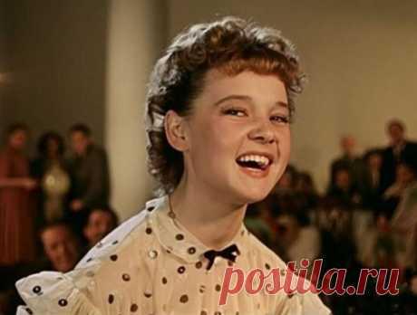 """10 советских актрис, до которым не дотянуться ни одной сегодняшней """"звезде""""   Бывают просто актрисы, а бывают — символы поколения. Одни играют талантливо, снимаются, могут быть финансово успешными и узнаваемыми, но им чего-то словно не хватает. Другие же врезаются в сердце и …"""