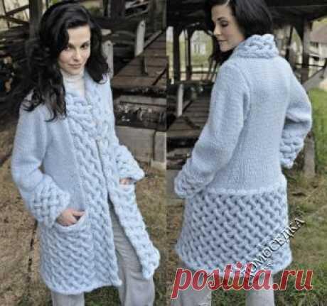 Красивое вязаное пальто с оригинальным плетеным узором!