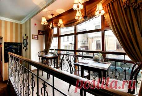 """Интерьер ресторана """"Покровские Ворота"""", воссоздающий атмосферу культового фильма и Москвы 50-х годов ХХ века. Внутренний балкон - подиум, позволяющий посетителям любоваться старинной Москвой через витринное остекление."""