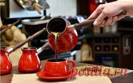 10 советов, как сварить вкусный кофе 1. Чистая вода Чтобы сварить вкусный кофе, вам понадобится чистая вода. Сразу забудьте о воде из-под крана, если хотите получить идеальный ароматный и манящий напиток =) 2. Не спешите Если вы варите кофе в турке (читайте оригинальный рецепт кофе в турке), всегда ставьте самый маленький огонь. Понимаю, конечно, что хочется как можно быстрее сделать первый глоток, но спешка тут ни к чему. Запомните – кофе варится долго. 3. Турка с узким г...