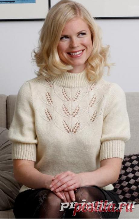 Пуловер спицами с кружевным узором.