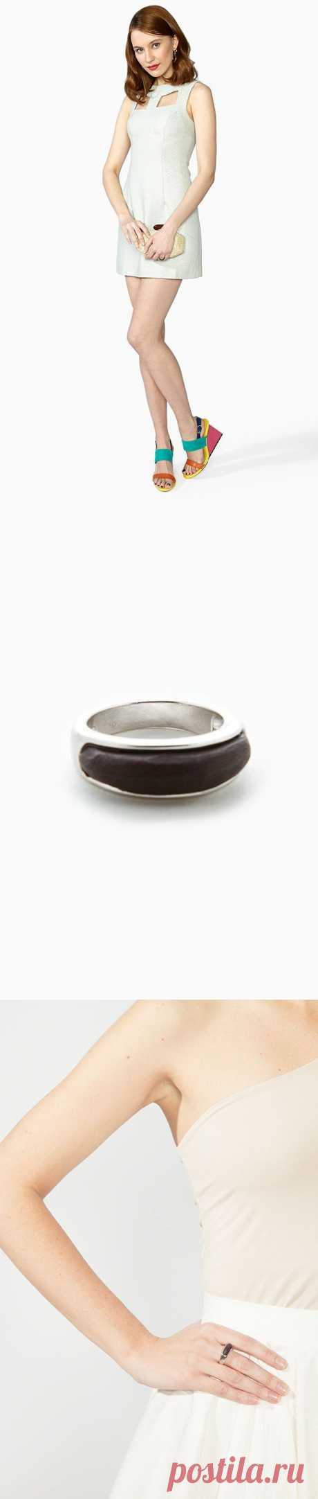 Необычное кольцо от бренда JewelBean. Модель-обруч, изготовлена из металла с серебристым покрытием и украшена вставкой цвета «темный дуб». Купить за 480 руб