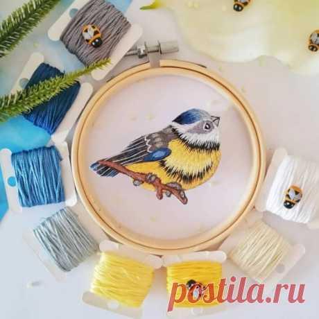 В галерее поделились с вами процессом создания вот такой милой птички синички. | Все о вышивке гладью | Яндекс Дзен