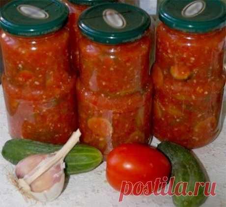 """Салат """"Зимняя сказка"""" на зиму .  на 4 литра готового продукта:  помидоры – 2 кг  перец сладкий – 7 шт.  чеснок – 200 г  огурцы – 2 кг  сахар – 200 г  соль – 2 ст.л.  уксус 9%-ный — 80 г  масло подсолнечное – 150 мл  1. Помидоры, сладкий перец и чеснок следует пропустить через мясорубку. Предварительно помидоры промываем и разрезаем на 2-4 части (чтобы было удобнее перемалывать). Сладкий перец очищаем от плодоножки и семян, промываем. Чеснок разделяем на дольки и очищаем.  2. В перемолотую мас"""