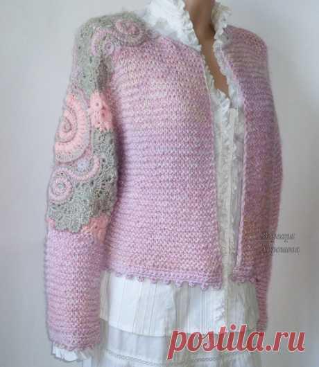 Мягкая, пушистая, приятная на ощупь фактура полотна, модный объемный силуэт, нежные переливы оттенков розового, актуальная крупная вязка, шикарная отделка в стиле фриформ.  Вы в таком наряде не останетесь незамеченной! Наш короткий кардиган поможет Вам создать обворожительный образ в стиле шебби, он отлично будет смотреться и с юбкой, и с джинсами, и с романтичной блузкой, и с модной водолазкой.