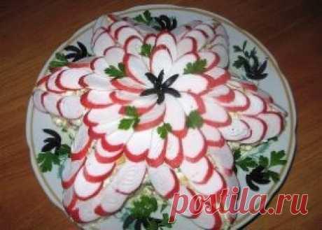 """10 Рецептов приготовления прекрасных и праздничных салатов 1. Салат """"Подсолнух"""" с кукурузой Салат """"Подсолнух"""" с кукурузой - красочный, вкусный, порадует и детей, и взрослых. Он всегда привлекает внимание своим видом и отличается отменным вкусом. Ингредиенты для салата укладываются слоями. Описание приготовления: 1. Куриное филе нарежьте небольшими кусочками и обжарьте на растительном масле, посолите. Готовое филе измельчите. 2. Морковь промойте и отварите вместе с яйцами. Яйца выберите раньш"""
