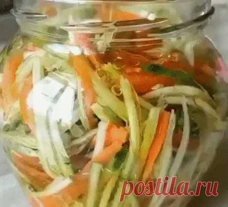 Мощнейшая закуска из Кабачков! Это просто бoмбa, огoнь блюдо!  Готовим: Трем на специальной терке кабачок, морковь и пару небольших огурчиков. Дальше эту вермишель нужно залить супер рассолом. Для этого смешиваем половину стакана масла, половину стакана яблочного уксуса, пару ложек соевого соуса и сахар (1 ст.л.). Распределяем овощи по баночкам и заливаем получившейся смесью. У меня получилось 2 литровых банки. Постарайтесь вытерпеть несколько часов и не слопать все сразу....
