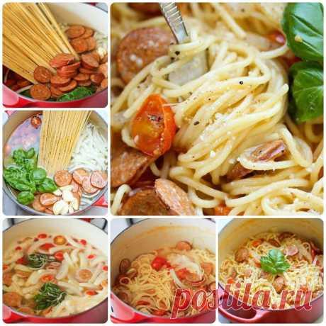 Супер-спагетти  Количество порций: 6 шт. Время приготовления: 20 минут.  Ингредиенты:  Спагетти — 450 г Охотничьи колбаски, тонко нарезанные — 350 г Большая луковица, тонко нарезанная — 1 шт. Помидоры — 3 шт. Свежие листья базилика — 2 чашки Чеснок, тонко нарезанный — 4 зубчика Соль — по вкусу Свежемолотый черный перец — по вкусу Тертый сыр — 1 стак.  Приготовление:  1. В большую кастрюлю налить воду и поставить на средний огонь, выложить спагетти, колбасу, лук, помидоры (...
