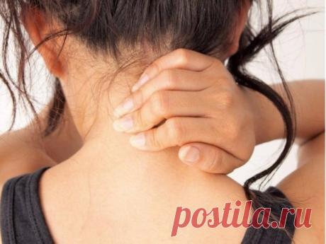 """Восемь упражнений против шейного остеохондроза  Первые проявления шейного остеохондроза — боли в спине, головные боли, головокружение, """"мушки"""" в глазах, ухудшение слуха или шумы, а также покачивание при ходьбе в результате нарушения координации.  Чтобы этого не случилось, предлагаем нехитрые упражнения, которые помогут вам победить остеохондроз и сберечь здоровье.  1. Подбородок опустите к шее. Поверните голову сначала 5 раз вправо, а затем 5 раз влево.  2. Чуть-чуть припо..."""