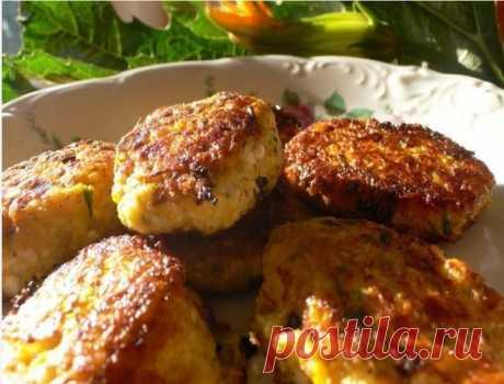 Котлеты из кабачков и картофеля   Ингредиенты для блюда:  500 г кабачков,  3-4 картофелины,  3 яйца,  2 стакана растительного масла,  4 ст.л. муки,  1 стакан сметаны,  соль, петрушка, листья салата.   Приготовление блюда: Кабачки очистить, натереть на крупной терке. Картошку отварить, хорошо растолочь или пропустить через мясорубку, как для пюре. Кабачки и картофельное пюре смешать, добавить 2 яйца, рубленую зелень петрушки, 1 ст.л. муки, соль, перец.  Стол обсыпать мукой,...