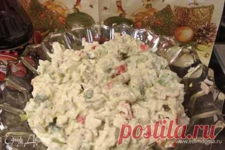 Салат с крабовыми палочками «Необычный». Ингредиенты: киви, яйца куриные, крабовые палочки