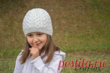 Зимняя шапочка для девочки вязаная спицами. Aраны жгуты. Модель, схема и описание.