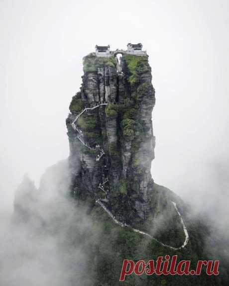 Гора Фаньцзиншань в провинции Гуйчжоу и два храма на её вершине. Чтобы добраться до них, нужно преодолеть 8000 ступеней. Фотограф Jordan Hammond