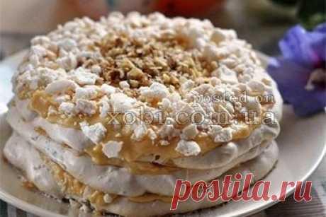 La torta-merengue de nuez con la crema cocida
