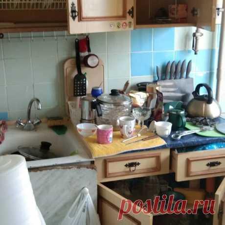 Ужасно захламленную маленькую кухню не осмелились убрать, а сделали ремонт. Фото До/После.