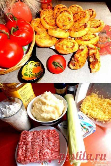 Los panecillos suaves de patatas con de carne prosloechkoy