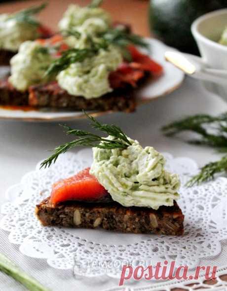 Бутерброды с авокадо и малосольной кетой — рецепт с фото на Русском, шаг за шагом. Разновидность бутербродов с авокадо и красной рыбой. #рецепт #закуска #бутерброды #бутербродики