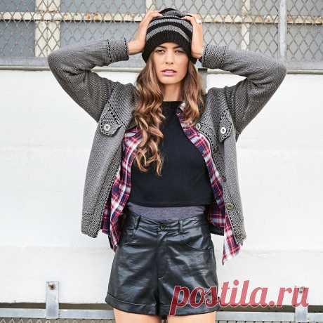 Куртка на пуговицах и Полосатая шапочка бини - стильно модель холодной погоды