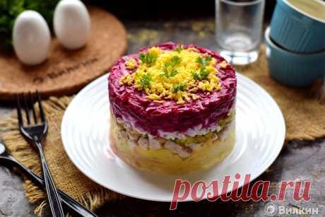 Слоеный салат с мясом и свеклой.