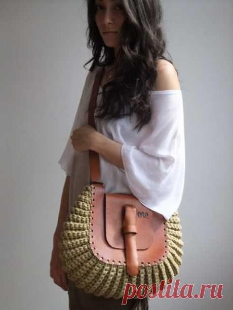 Стильные женские сумки своими руками Оригинально и стильно выглядят женские сумочки, в которых одновременно используются кожа и элементы вязания или плетения. Хлопковый шнур, различные виды пряжи и даже обычный джут в сочетании с кожаными фрагментами добавляют образу индивидуальности и самобытности...