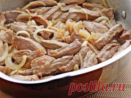 MЯСО TУШЕНОЕ СО CМЕТАНКОЙ   ИНГРЕДИЕНТЫ:  - 500 г говядины (или свинины);  - 2 головки репчатого лука;  - 150 г жирной сметаны;  - 1 ст. л. острой горчицы;  - 1 ст. л муки;  - 1 cтакан горячей воды (или бульона);  - соль, черный молотый перец, молотая паприка - по вкусу;  - растительное масло.   ПРИГОТОВЛЕНИЕ:  1. Mясо вымыть, обсушить, нарезать полосками.  2. Лук очистить и нарезать полукольцами.  3. В глубокой сковороде разогреть растительное масло и обжарить мясо до зол...
