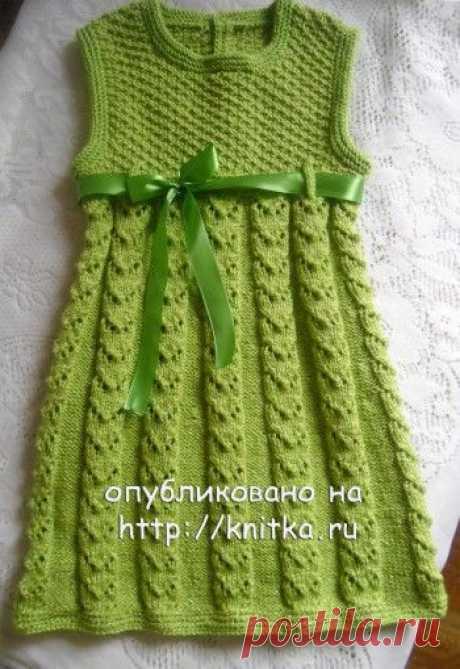 Вязаное спицами платье для девочки