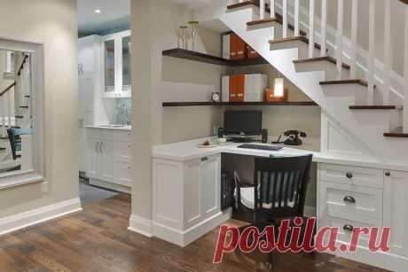Как использовать пространство под лестницей В каждом многоэтажном частном доме или коттедже имеется пространство под лестницей, ведущей на верхний этаж. И зачастую никто не оставляет это место свободным, ведь в нем можно устроить еще одну …
