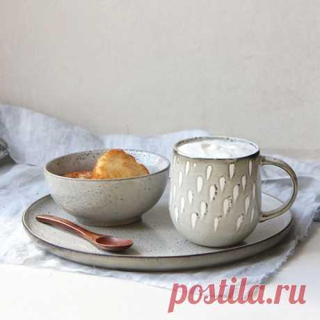 """Кружка """"Капельки"""" у нас из осенней серии - так приятно из нее будет пить кофе или что-то покрепче дождливыми вечерами. Но, судя по фото, и на утро она тоже отлично подходит!⠀ ⠀ А вы всегда пьете из одной и той же кружки? Или выбираете под настроение или повод?⠀ ⠀ 🍽На фото:⠀ кружка """"Капельки"""" - 1190₽ (объем 350 мл)⠀ ⠀ Посуда из серии """"Брюгге"""":⠀⠀ пиала - 790₽ (диаметр 13 см, высота 5,5 см).⠀⠀⠀⠀ тарелка малая - 1190 ₽ (диаметр - 22 см).⠀⠀⠀ салатник - 1570₽ (диаметр 16 см, в..."""