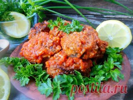 Блюдо из хека в духовке  Для детского рациона рыбные блюда очень полезны. Мясо хека нежное и сочное, содержит малое количество костей. А приготовить из него можно сотни блюд. Попробуйте!  Ингредиенты:  • 700 г хека (3 шт.) • 2–3 моркови • 2 луковицы • 600 мл томатного сока (у меня домашний) • 1 ст. л. томатной пасты • 1–2 ст. л. сахара • 2 ст. л. сметаны • соль – по вкусу • черный молотый перец – по вкусу • лимонный сок – по вкусу • растительное масло – для жарки • мука – ...
