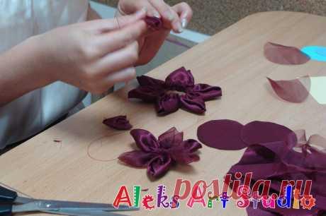 Фото с МК по созданию цветов из ткани