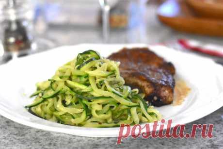 Спагетти из цуккини   Ингредиенты      4 средних цуккини     2 зубчика чеснока мелко порезать     2-4 ст.л. оливкового масла     Шепотка хлопьев острого перца по желанию     Соль     Черный молотый перец     Зелень петрушки для подачи по желанию     Сливочное масло для подачи по желанию     Натертый сыр пармезан для подачи по желанию
