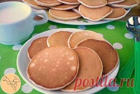 Панкейки на молоке  Ингредиенты:  Молоко — 1 Стакан Мука пшеничная — 1,5 Стакана Масло рафинированное — 2 Ст. ложки Сахар — 2 Ст. ложки Соль — 1 Щепотка Яйцо — 1 Штука Сода — 0,5 Чайных ложки  Приготовление:  Подготовим продукты для панкейков. В сухой мисочке смешиваем все сухие продукты: сахар, соль, мука, сода. В отдельной посуде взбиваем миксером яйцо с молоком и растительным маслом. Взбивайте на максимальных оборотах миксера до пышной пены.  Масса должна уве...