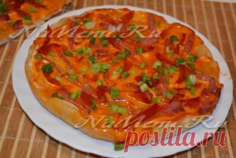 Пицца в мультиварке  Ингредиенты из расчета на 3 пласта пиццы:  - 1 стакан водички, - 1 столовая ложка сухих дрожжей, - 2-3 стакана муки, - щепотка соли.  Необходимые ингредиенты  Начинка, которую можно менять и дополнять согласно своим вкусовым предпочтениям:  - колбаса копченая (или ветчина), - кетчуп, - майонез, - зеленый лучок (можно любую другую зелень), - перец болгарский.  Приготовление  В мисочку нальем воду (не забудьте ее немножечко подогреть).  Всыпем дрожжи, с...