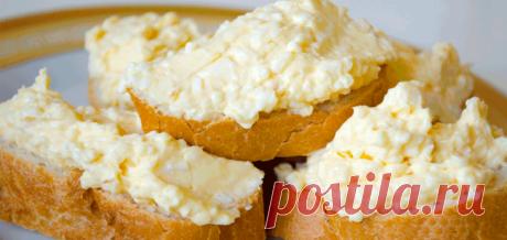 Потрясающая «еврейская» закуска для бутербродов! Закуска для бутербродов  Ингредиенты: яйца – 2 шт; плавленый сыр – 2 шт; чеснок – 2 зубчика; майонез – 1,5 ст. л; черный перец и соль – по вкусу  Приготовление еврейской закуски для бутербродов Сварить яйца вкрутую и, дождавшись, когда они остынут (можно ускорить этот процесс, положив их в