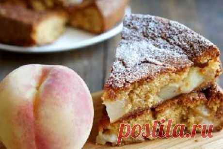 Простой персиковый пирог  Посмотреть и приготовить:➤ ➤ ➤ youtube.com/watch?v=kJT5_w6OlMY Пирог получается румяным снаружи и нежным внутри. Тесто не слишком сладкое, нам не зачем спорить со сладостью фруктов. Так что берите те фрукты, которые есть под рукой (яблоки тоже подойдут) и готовьте этот деревенский десерт.