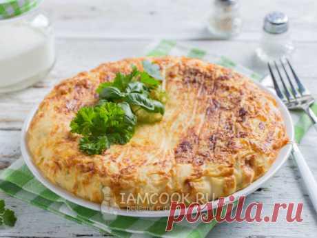 Капустная запеканка в мультиварке — рецепт с фото Для запеканки нарезанная капуста обжаривается с луком. Заливается тестом на основе кефира и яиц с добавлением небольшого количества сыра.