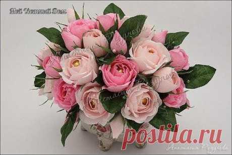 Розы из конфет и гофрированной бумаги. Мастер-класс.