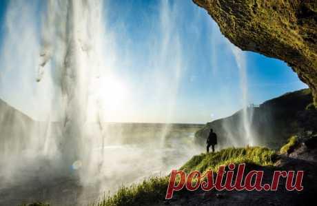 Стихия и человек. Фото было сделано на известном водопаде Сельяландсфосс, Исландия. Автор фото – Marianovska: nat-geo.ru/photo/user/342512/