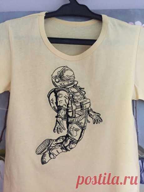 Футболка с вышивкой космонавта