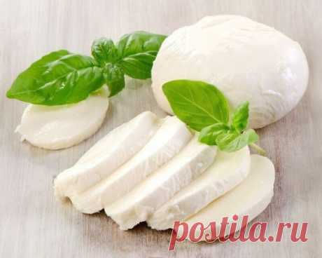 Прелестнейшая домашняя моцарелла На 2 порции: 1 л молока 125 г натурального йогурта 1,5 ч.л. соли (можно больше, кто как любит) получается не сильно солёная 1 ст.л. уксусной эссенции (25%) Молоко с солью нагреть, но не доводить до кипения. Добавить йогурт, перемешать, добавить уксус, хорошо перемешать и убрать с плиты. Дуршлаг застелить чистой марлей свёрнутой примерно в 4 слоя, вылить туда свернувшееся молоко (сыворотку не выливать!), хорошо отжать сыр от сыворотки. Формируем шарик из отжатой