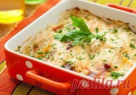 Запеканки: ТОП-10 лучших рецептов    1. Картофельная запеканка с сосисками и сыром    Ингредиенты:  - Картофельное пюре 500 гр ,  - 1 яйцо,  - Томатная паста,  - Сосиски 4 шт.,  - Твердый сыр 100 гр.,  - Зелень    Приготовление:  Пюре смешать с яйцом, выложить в смазанную маслом форму. Верх пюре смазать томатной пастой(высшего качества). Выложить сосиски, посыпать тертым сыром. Запечь в духовке при 180 гр.в течении 15 минут. При подаче посыпать зеленью.    2. Простой рецеп...