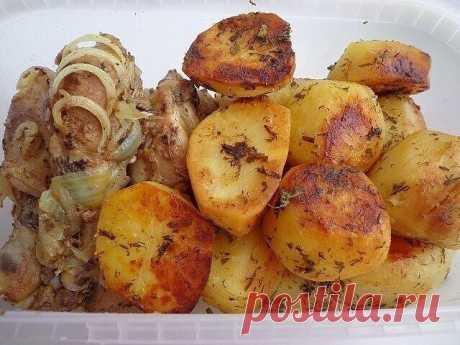 """ФРАНЦУЗСКИЙ Картофель запечённый с соусом """"ПАЛЬЧИКИ ОБЛИЖЕШЬ""""! Картофель получается НЕЖНЫМ, с ПИКАНТНЫМ, не приевшимся вкусом и потрясающим ароматом!!! Для каждого дня, праздничного стола и в дорогу с собой!  Маринуем очищенные клубни картофеля среднего размера, в соусе. Для этого смешиваем: 5 столовых ложек растительного масла, 4 зубчика чеснока отжатого через пресс чесночницу; чайную ложку вашей любимой специи; чайную ложку соли; рубленную зелень укропа и петрушки. В это..."""