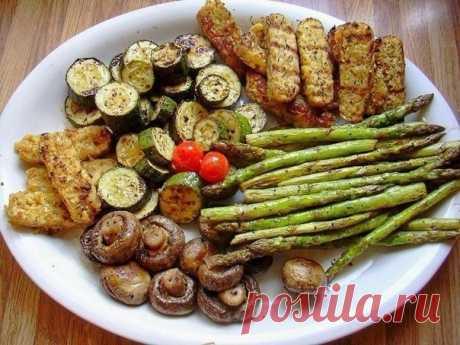 Секрет мангальщика: всего 10 минут в этом маринаде подарят овощам-гриль необыкновенный вкус!   Такие овощи послужат прекрасным гарниром к шашлыкам и закуской к спиртным напиткам. Кроме того, они считаются диетической пищей.   Отлично для этого подходят кабачки, баклажаны, болгарский перец, репчатый лук, спаржа, цветная капуста, картофель, морковь, помидоры и даже огурцы. Особенно хороши грибы — это просто наслаждение.   Если просто запечь овощи на мангале, то они быстро по...