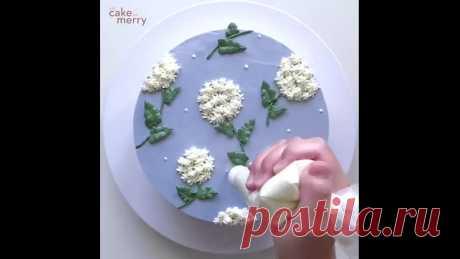 Белая гортензия на торте ⠀ Крем: масляный на швейцарской меренге ⠀ Используем насадки: 17- для белых цветов, 3 - для зеленых стеблей и белых точек и 352 - для листьев. ⠀ Источник: @eatcakebemerry