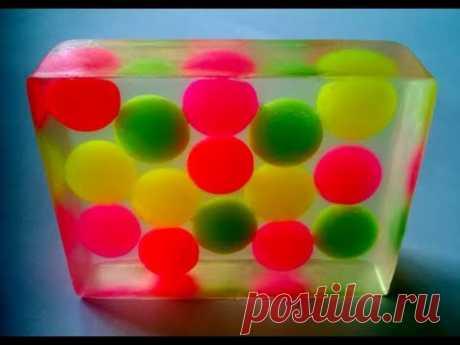 El jabón por las manos. El jabón decorativo. La fabricación de jabón de la base de jabón.