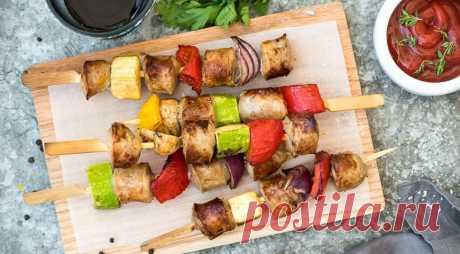 """Летний шашлык с колбасками - ПУТЕШЕСТВУЙ ПО САЙТУ. Когда нет желания возиться с мясом, на выручку приходят свиные колбаски для жарки. Готовятся они очень быстро, да и результат всегда гарантирован. Наш вариант и вовсе тянет на """"высокую кухню"""" – маринованные колбаски вперемежку с овощами. Готовьте сразу побольше, от таких колбасок никто не откажется! ИНГРЕДИЕНТЫ 500 г свиных колбасок …"""