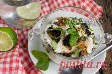 Диетический салат с творогом и черносливом при гастрите