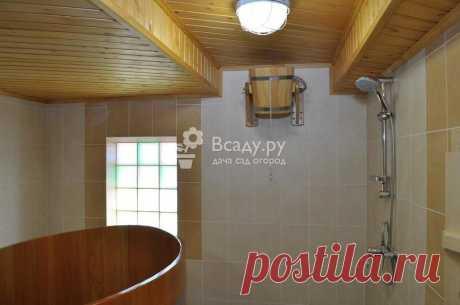 Комфортабельная баня с удобствами в помывочной - фото