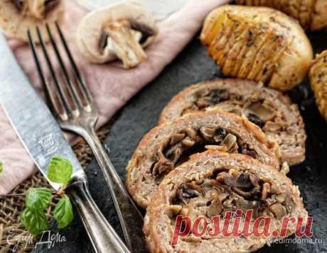 Мясной рулет с грибами и луком. Ингредиенты: мясной фарш, лук репчатый, яйца куриные Достаточно обыденное блюдо, которое, тем не менее, достойно будет выглядеть и на праздничном столе. Важно не пожалеть начинки: мясо + грибы + лук — отличное сочетание!